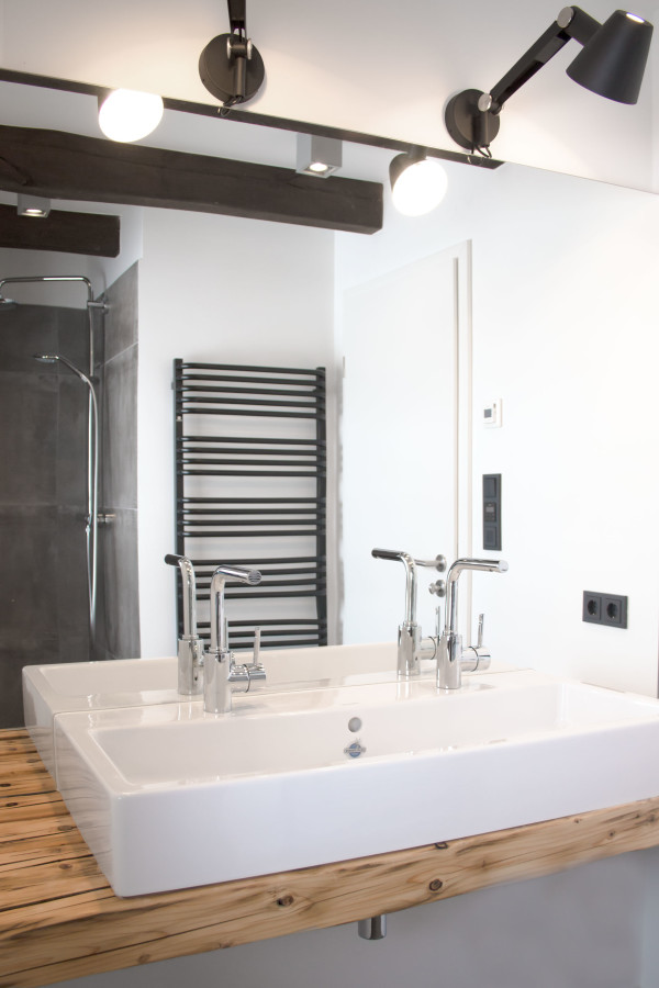 Badezimmer der Almhütte mit Waschtisch aus Altholz