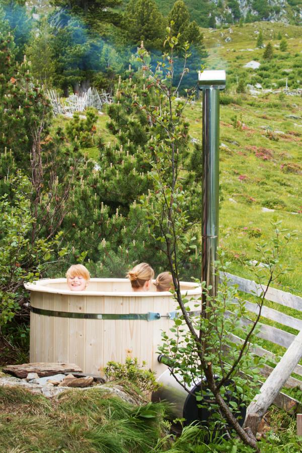 Hot tub Badefass neben der Almhütte am Falkertsee