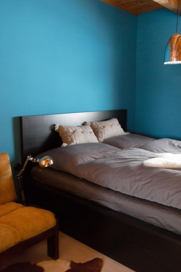 Schlafzimmer der Almhütte mit Seeblick