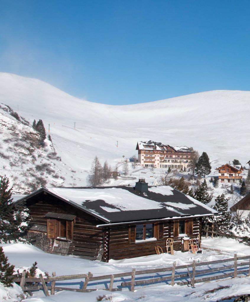 Almhütte mit Blick Richtung Bergdorf und Skigebiet